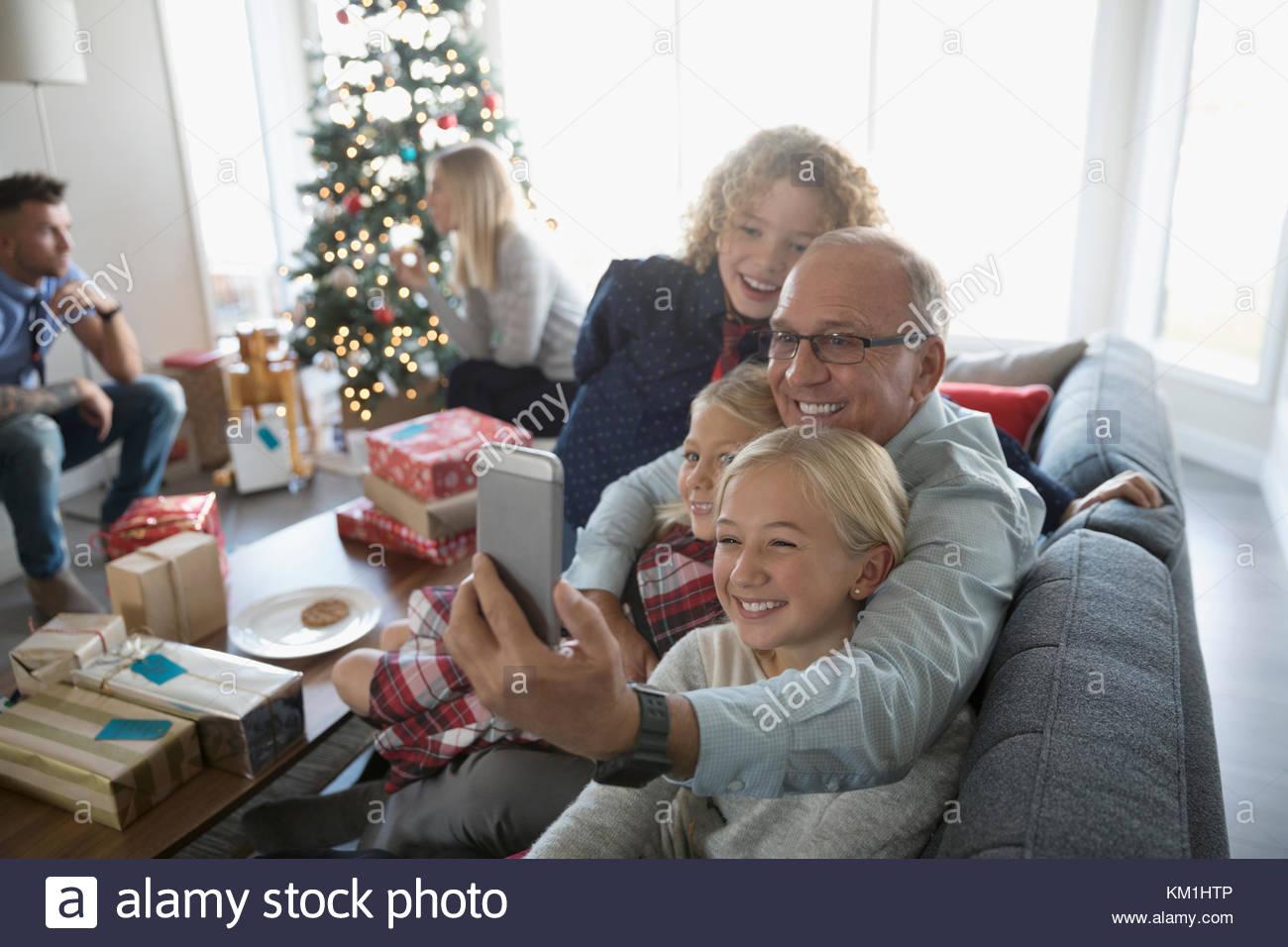 Großvater und Enkel unter selfie mit Kamera Handy in Weihnachten Wohnzimmer Stockfoto
