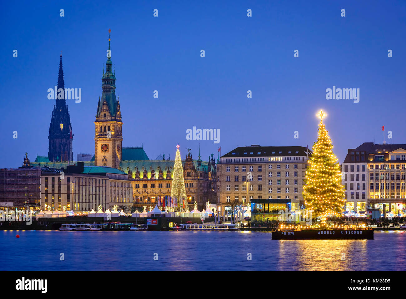 weihnachtsbaum auf der binnenalster in hamburg deutschland europa stockfoto bild 167236977. Black Bedroom Furniture Sets. Home Design Ideas