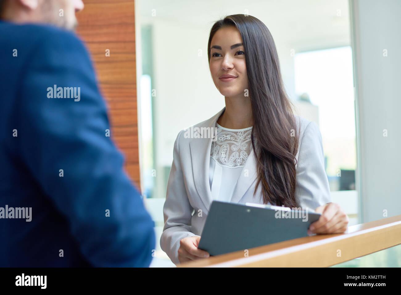 Frau flirtet mit kollegen