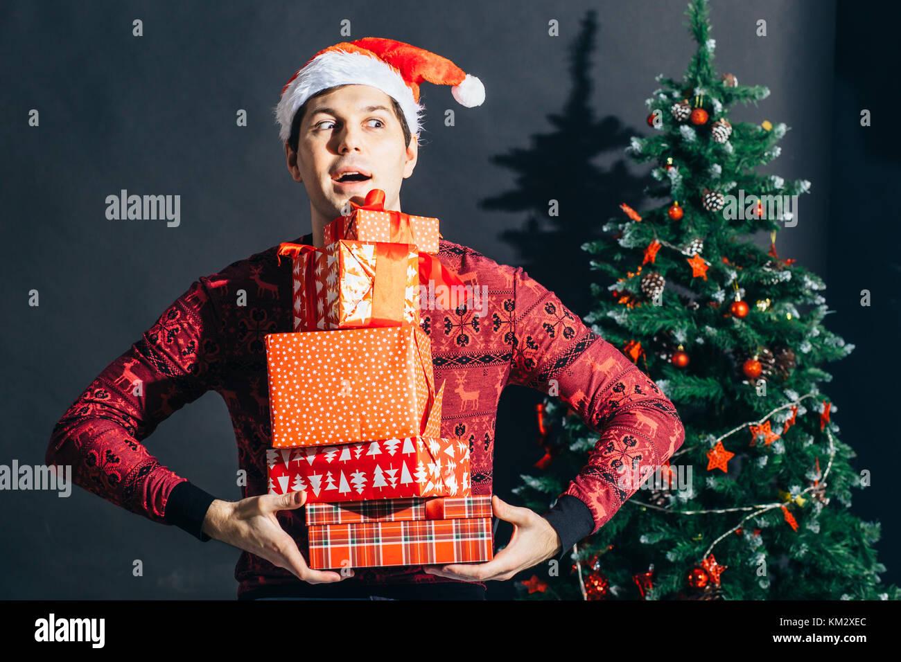 Mann hält Geschenkset. schöner Rüde mit Geschenk Box in Händen über ...