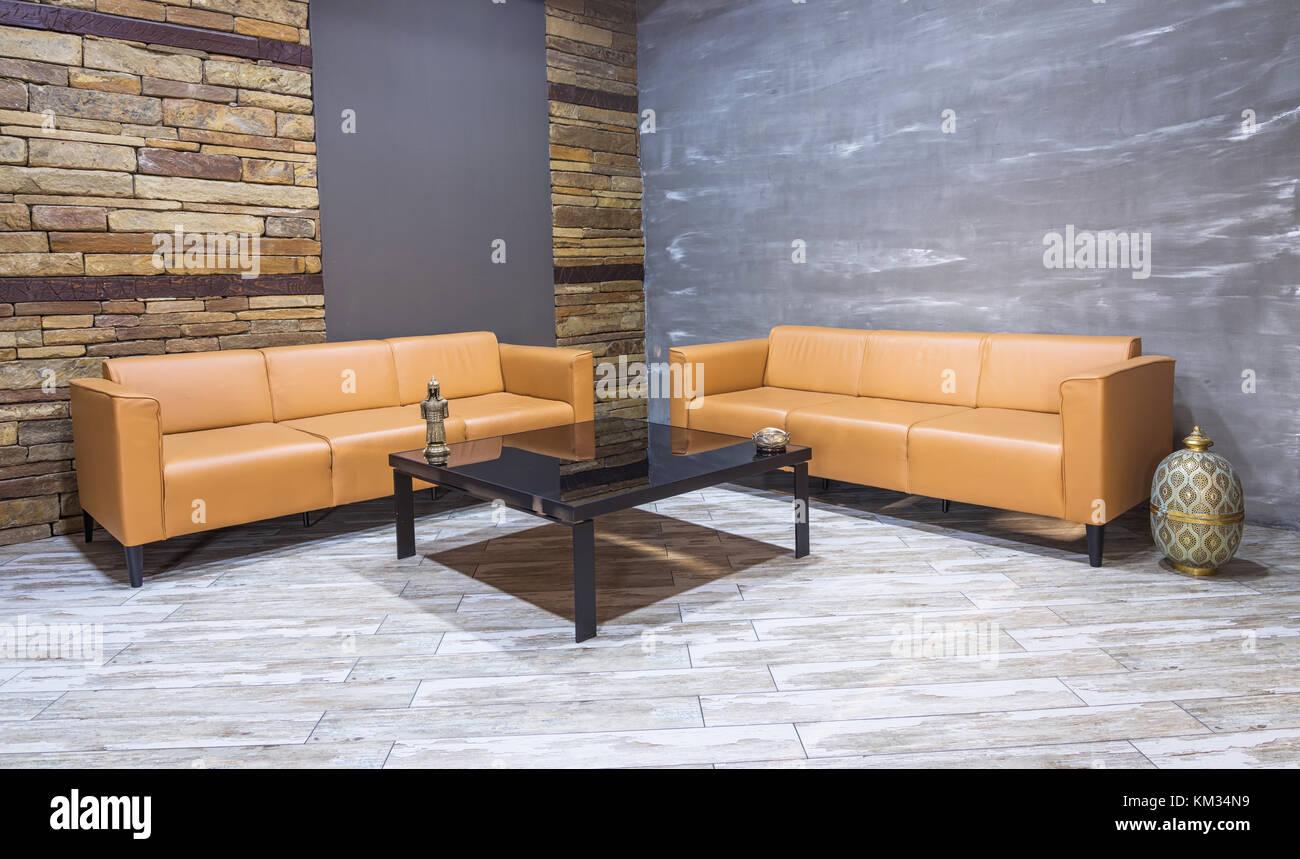 Modern Vintage Innenraum, Wohnzimmer, braunem Leder Sofa auf weiße ...