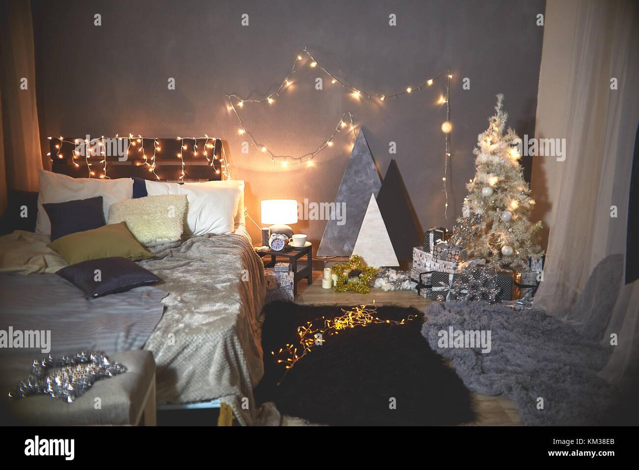 Weihnachtsbaum in Rosa shabby chic Style an der weißen Mauer ...