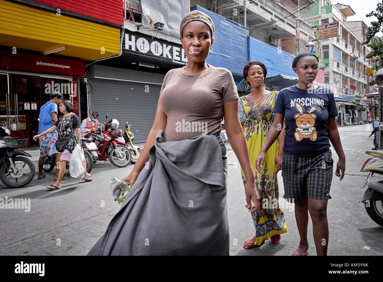 Afrikanische Frauen zu Fuß entlang der Straße in Pattaya