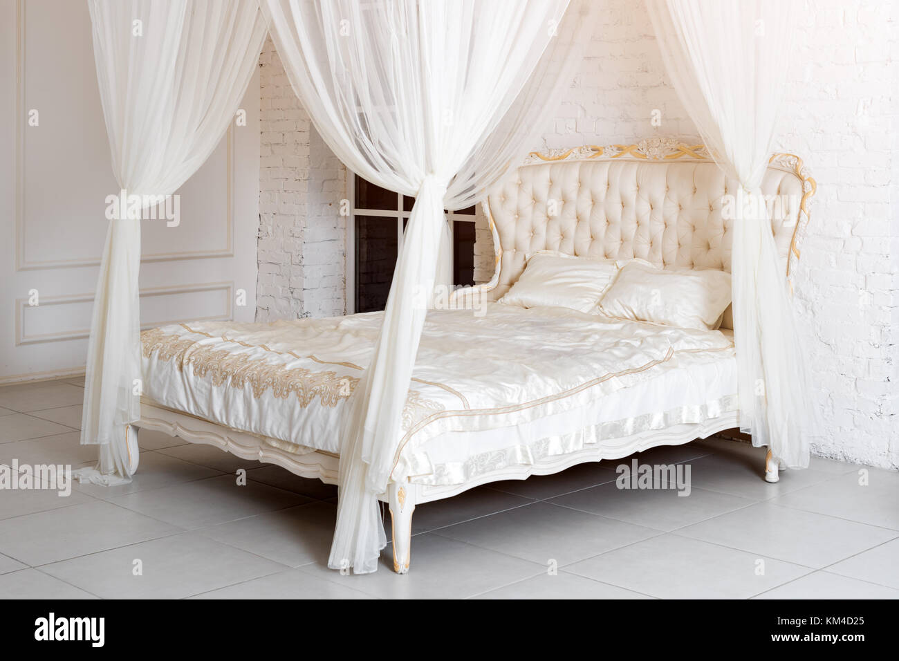 Schlafzimmer In Sanften Hellen Farben. Großes, Bequemes Himmelbett  Doppelbett In Eleganten Klassischen Schlafzimmer. Luxus In Elegantem Weiß  Mit Gold ...