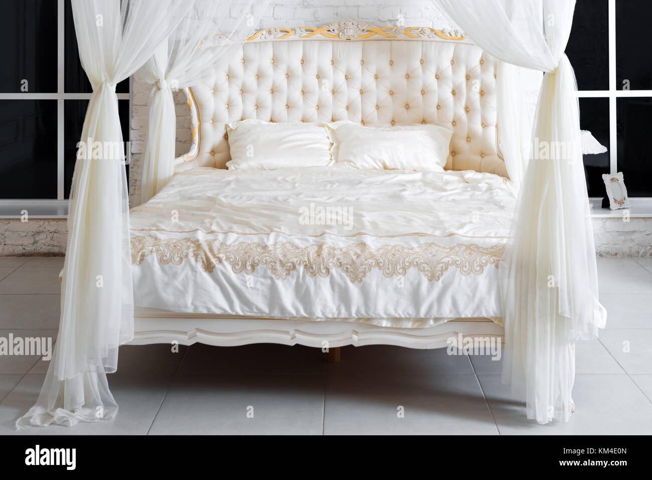 Schlafzimmer In Sanften Hellen Farben. Großes, Bequemes Himmelbett  Doppelbett In Eleganten Klassischen Schlafzimmer. Luxus Weiss Mit Gold  Interieur.