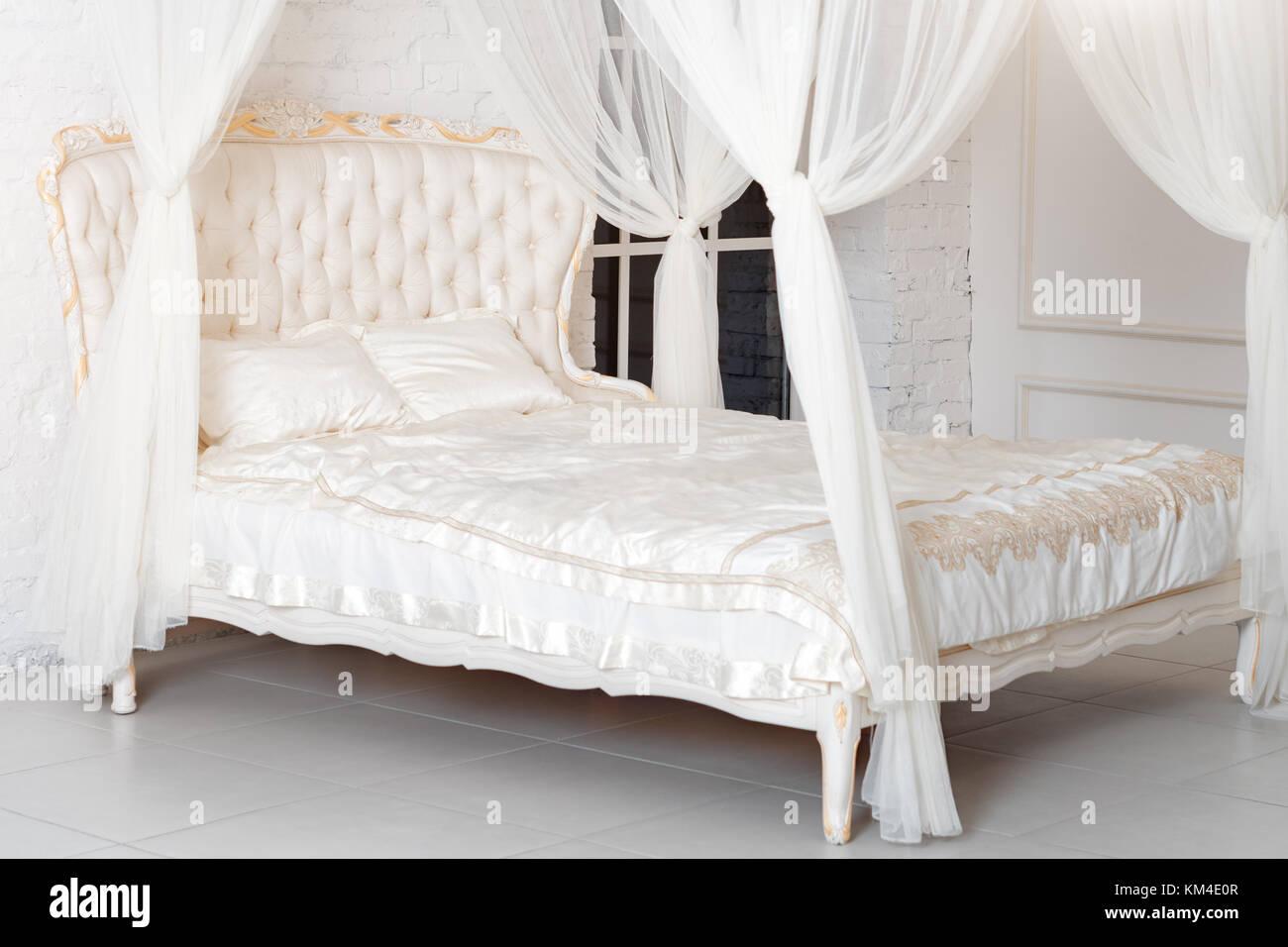 Hochwertig Schlafzimmer In Sanften Hellen Farben. Großes, Bequemes Himmelbett  Doppelbett In Eleganten Klassischen Schlafzimmer. Luxus Weiss Mit Gold  Interieur.