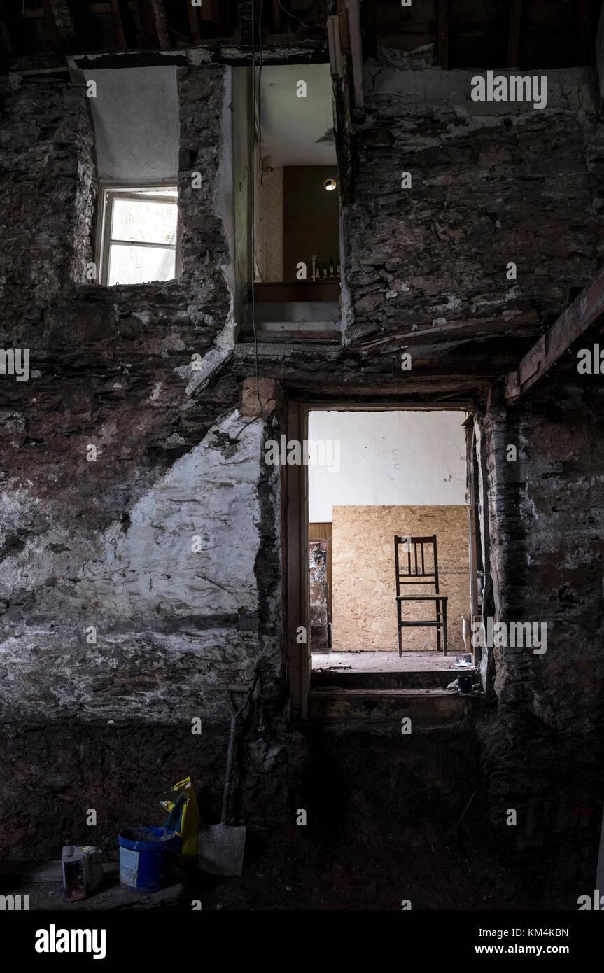 Ein Traditionelles Haus Mit Steinmauern Renoviert. Blick Durch Eine Tür,  Schritte Zu Einer Beleuchteten