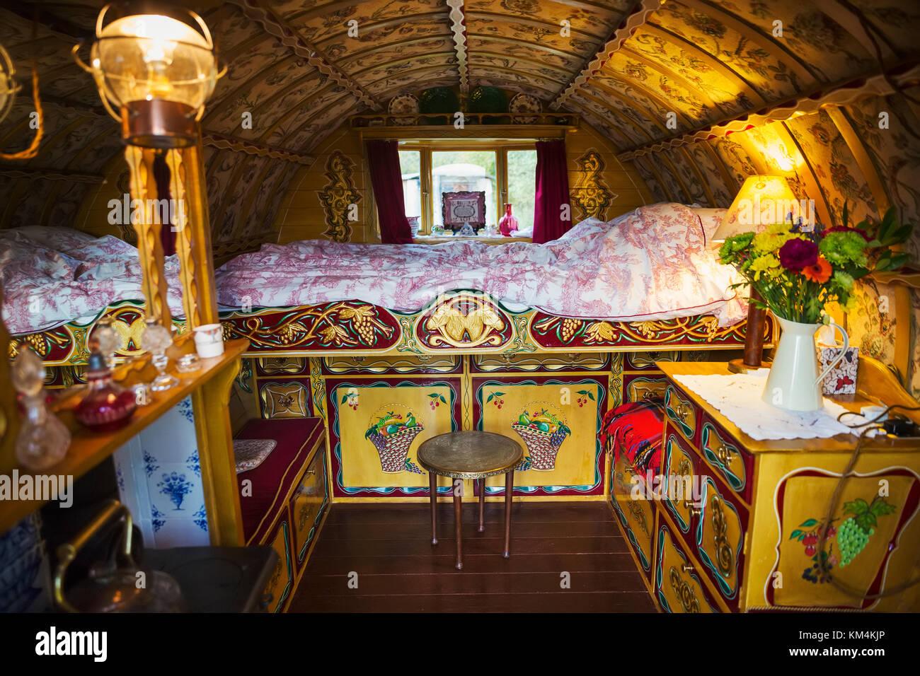 Das Innere eines traditionellen Gypsy Caravan mit angehobener ...
