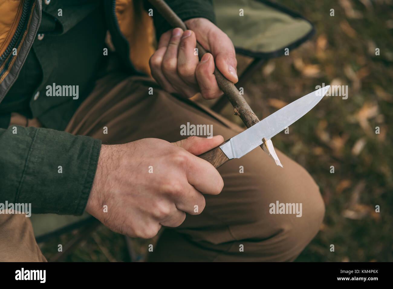 Mann schärfen Zweig Stockbild