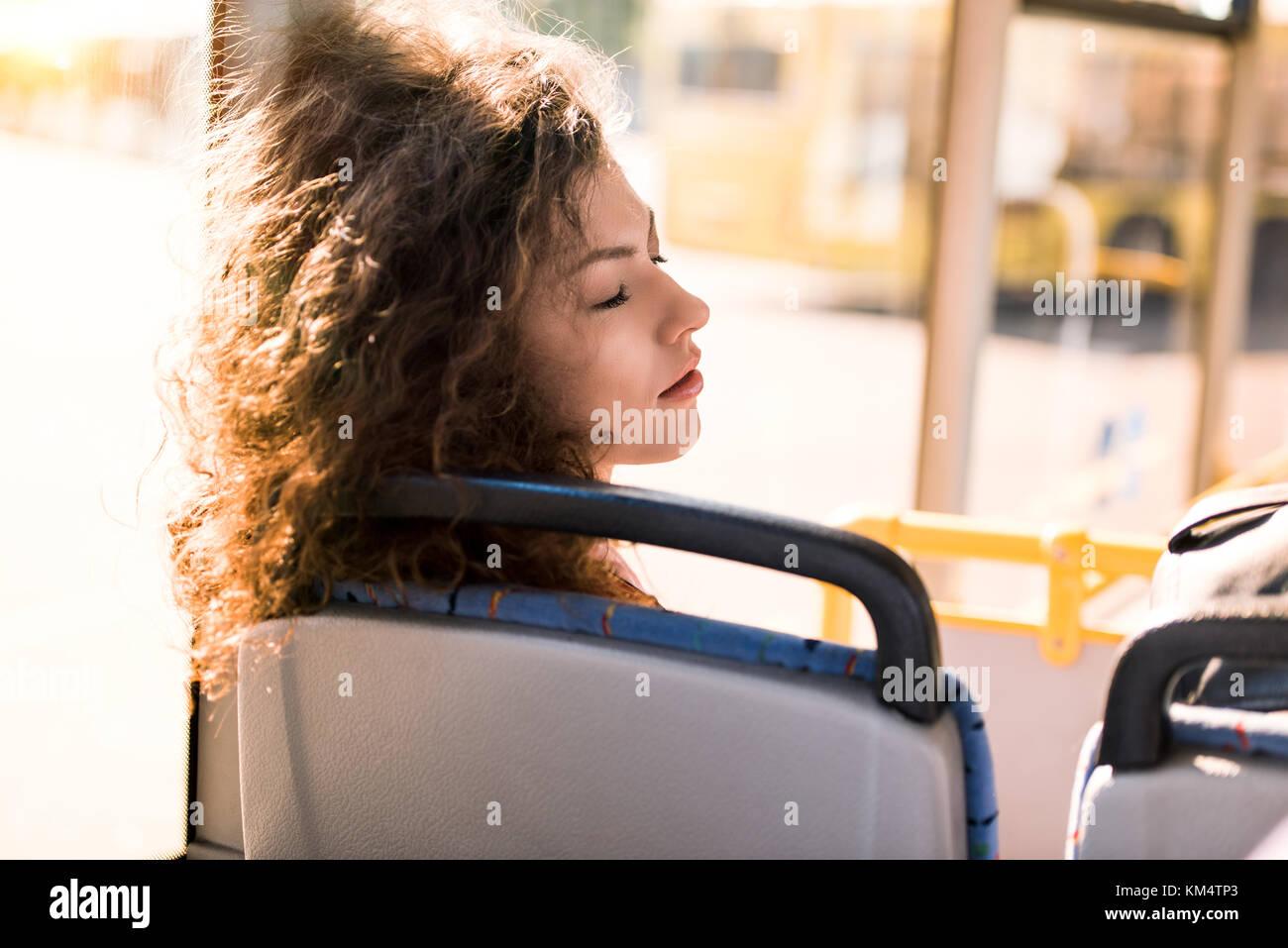Mädchen schlafen im Bus Stockbild