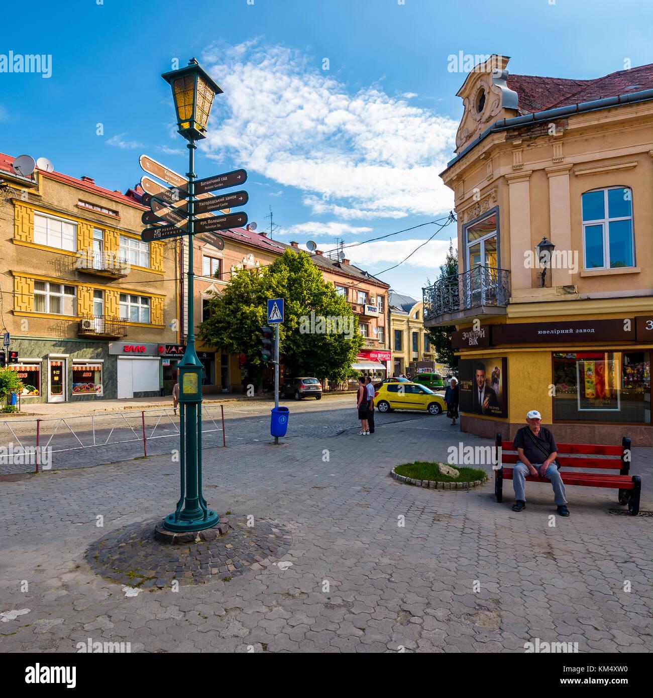 Uschhorod, Ukraine - May 11, 2017: Straßen der Altstadt auf Sommermorgen. Alltag im zentralen Teil von uzhgorod Stockbild