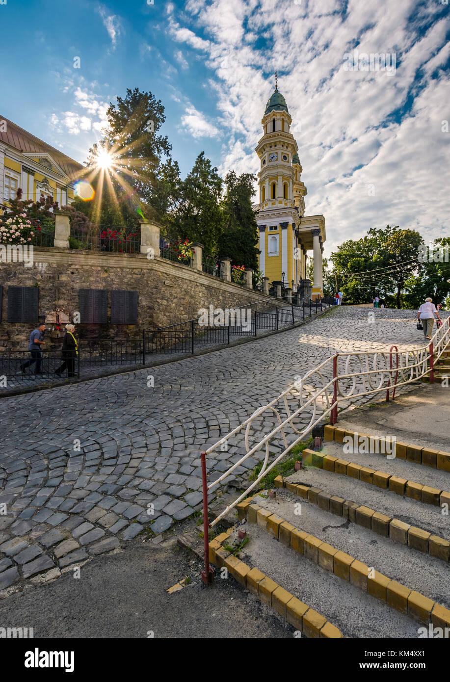 Uschhorod, Ukraine - May 11, 2017: Die Menschen gehen bergauf bis zur griechisch-katholischen Kathedrale. Alltag Stockbild