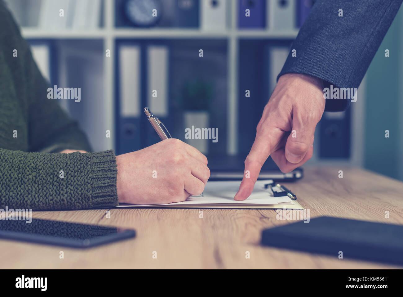 Boss, Aufträge und Aufgaben mit Zuordnung verbessert werden. männliche Hand zeigen, um die Formulare der Stockbild