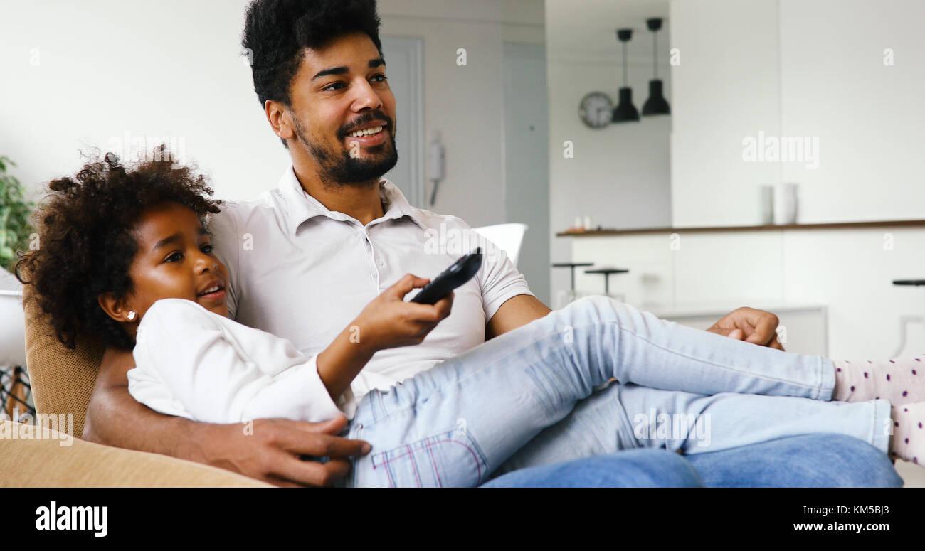 Gerne Vater und Tochter und Fernsehen zu Hause Stockbild