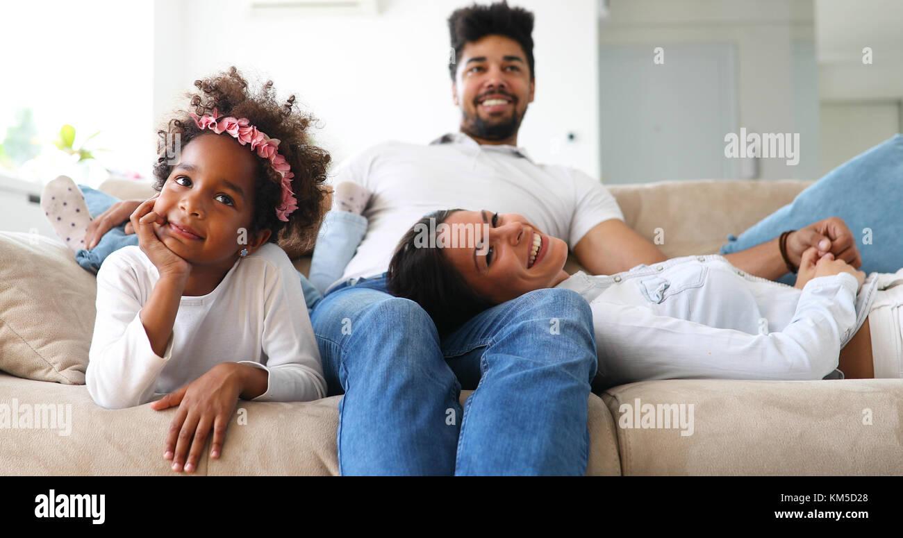 Junge Mädchen vor dem Fernseher mit ihren Eltern Stockfoto