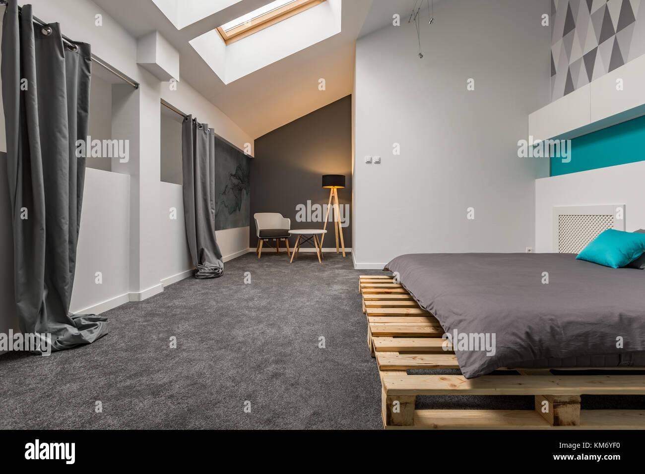 Stilvolle Schlafzimmer mit DIY-Palette Bett und Dachfenster ...