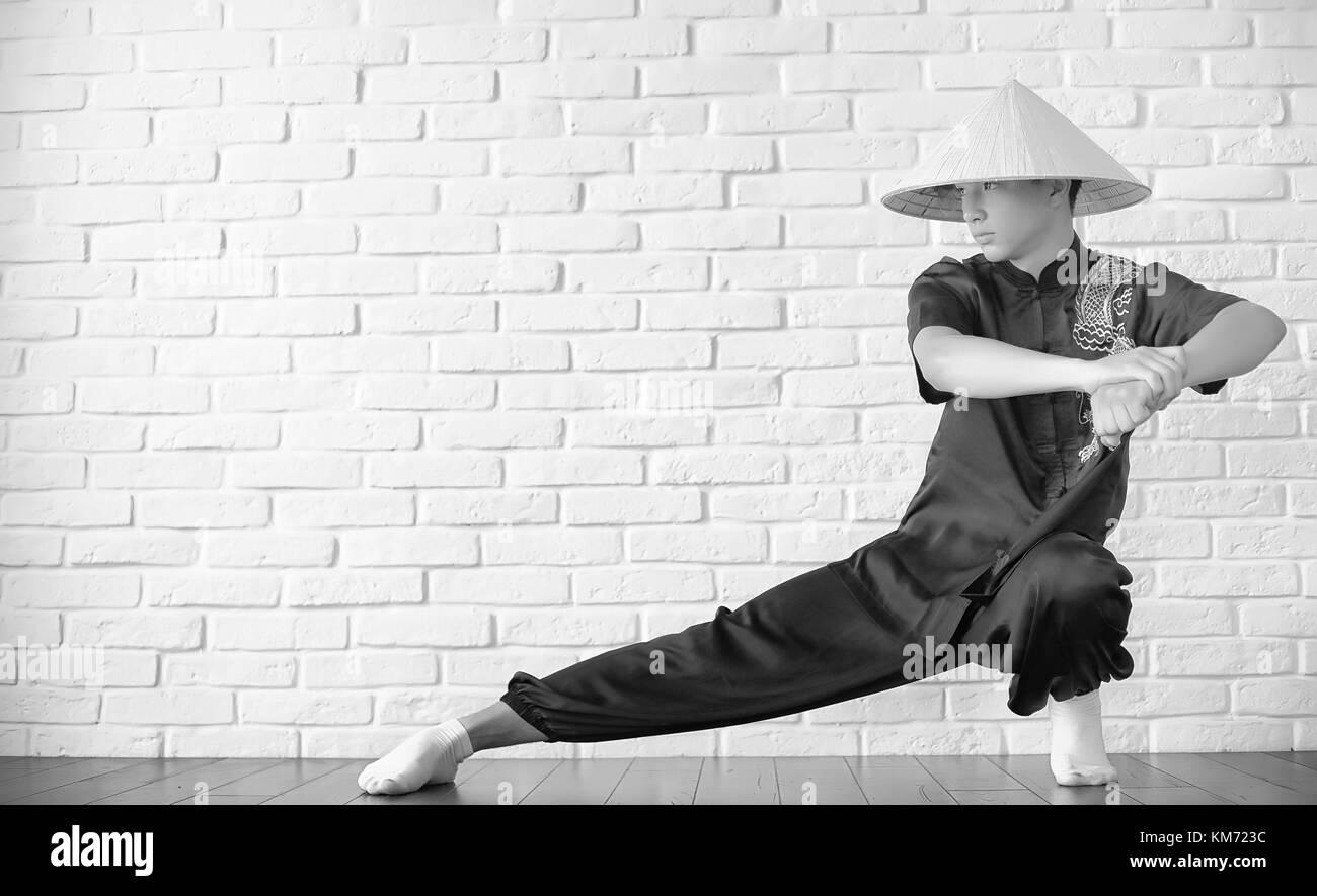 Asiatische Anfänger auf einer weißen Wand Stockbild