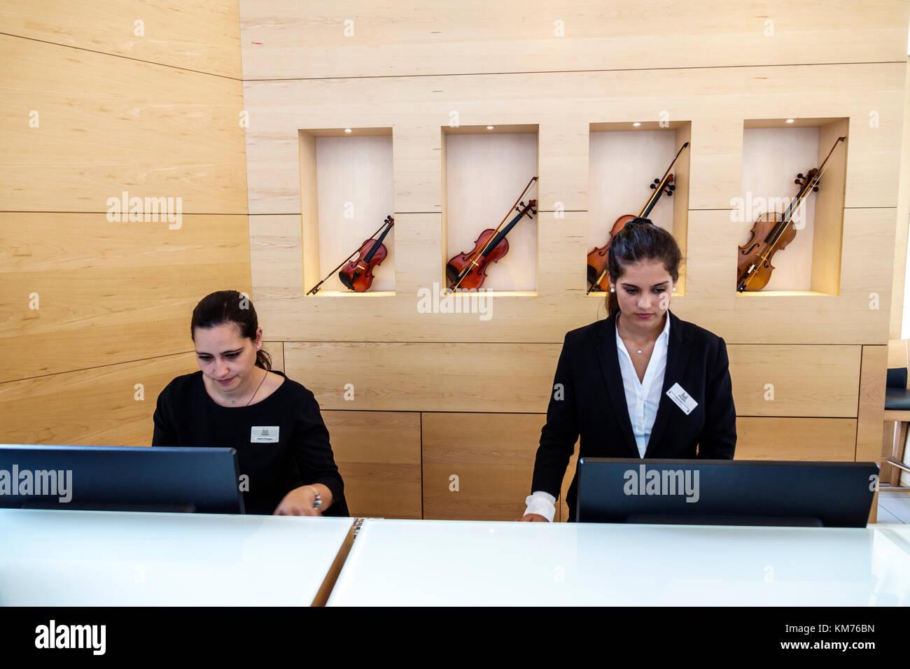 Porto Portugal Hotel Da Musica Hotel Rezeption Frau agent Sekretärin ...