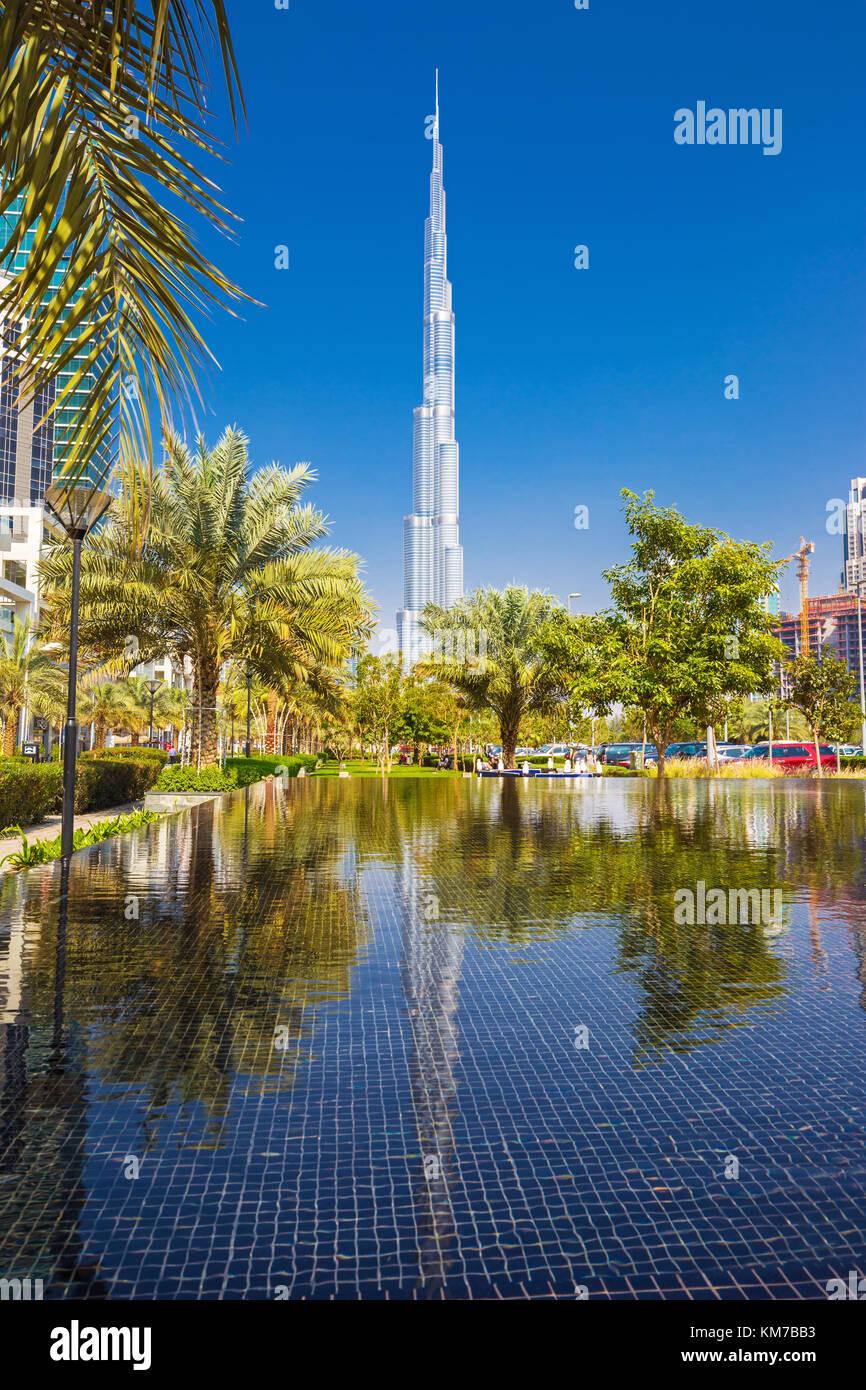 Dubai, Vereinigte Arabische Emirate - Februar 27, 2017: schöne Burj Khalifa und Spiegelbild im Wasser, Vereinigte Stockbild