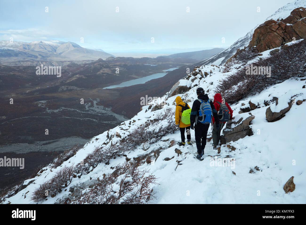 Wanderer im Schnee auf dem Weg zur Laguna de los Tres, Parque Nacional Los Glaciares (World Heritage Area), Patagonien, Stockbild