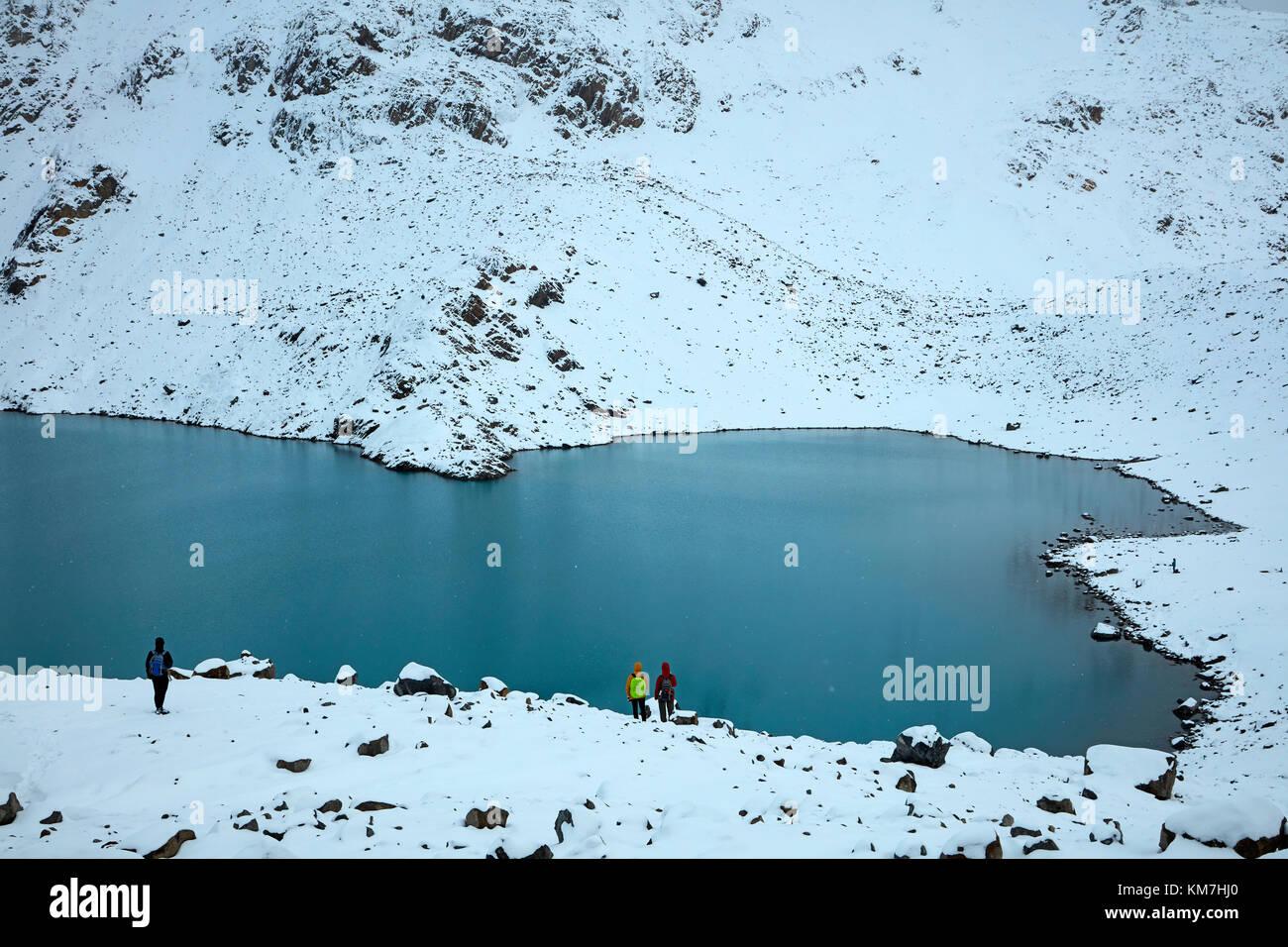 Wanderer im Schnee an der Laguna de los Tres, Parque Nacional Los Glaciares (World Heritage Area), Patagonien, Argentinien, Stockbild