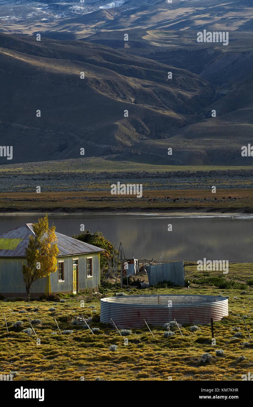 Alte gewellte Stahl Bauernhaus und kleinen See in der Nähe von El Chalten, Patagonien, Argentinien, Südamerika Stockbild