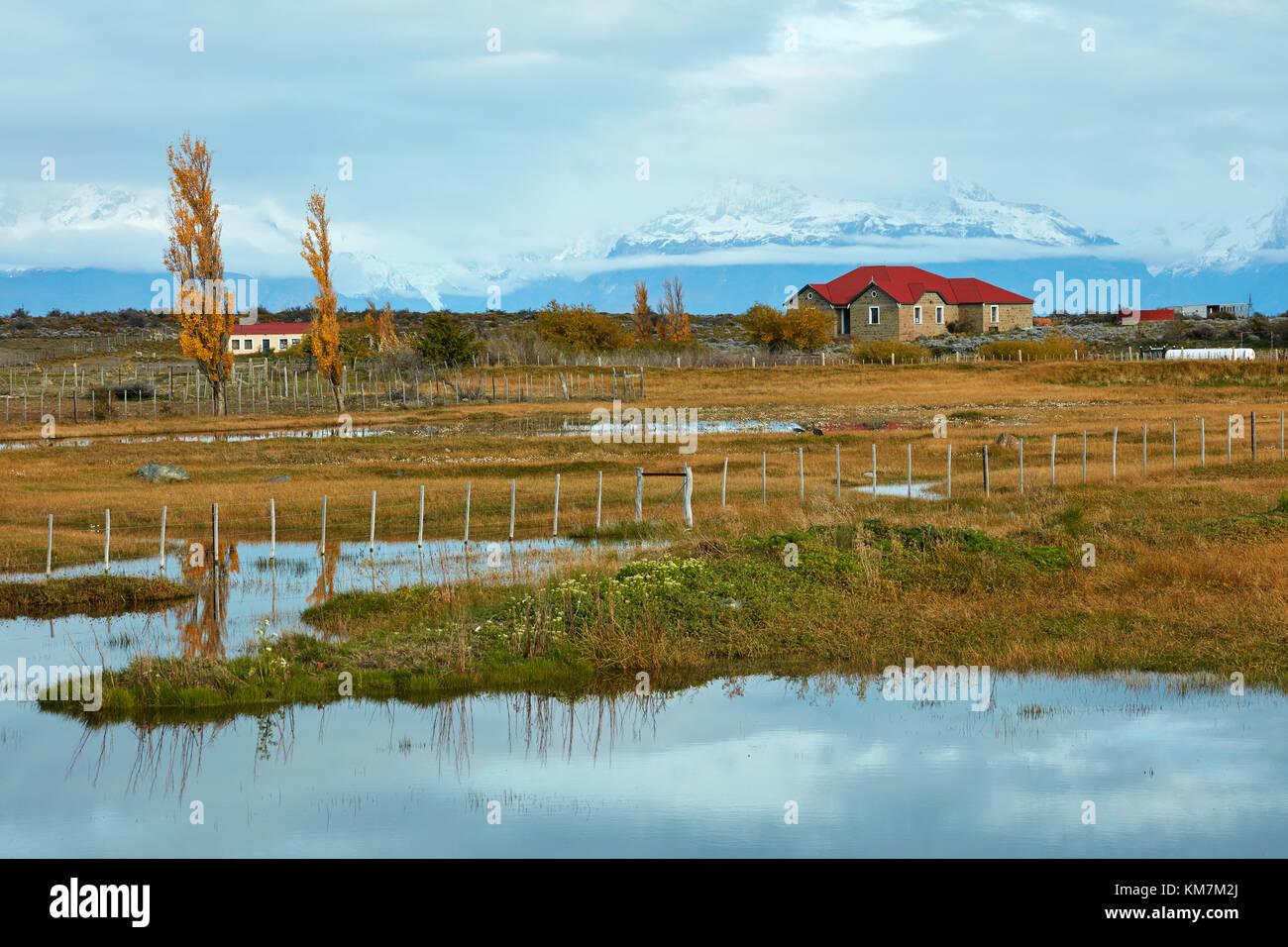 Bauernhaus und Berg in der Nähe von El Chalten, Patagonien, Argentinien, Südamerika Stockbild