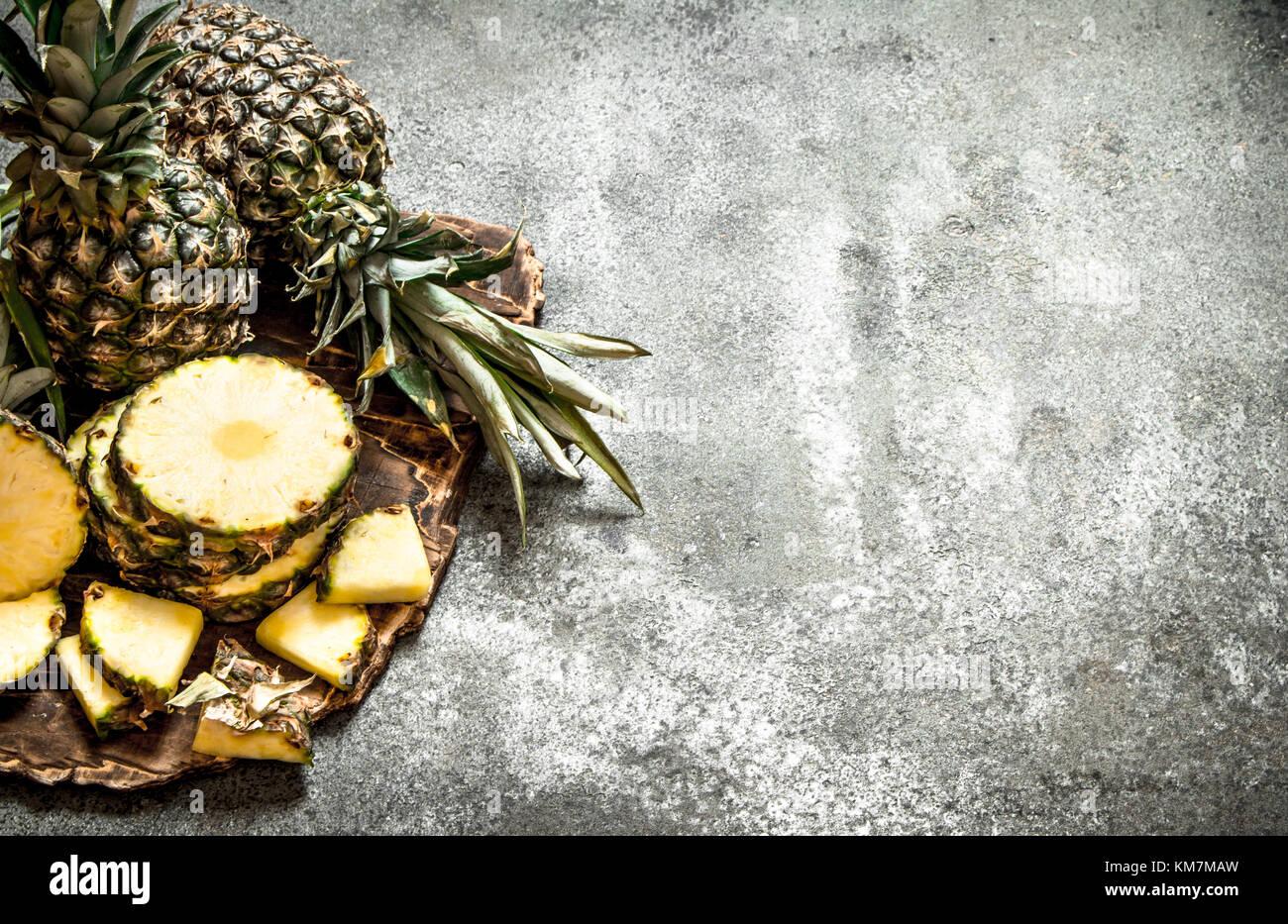 Reif frische Ananas. Im rustikalen Hintergrund. Stockbild