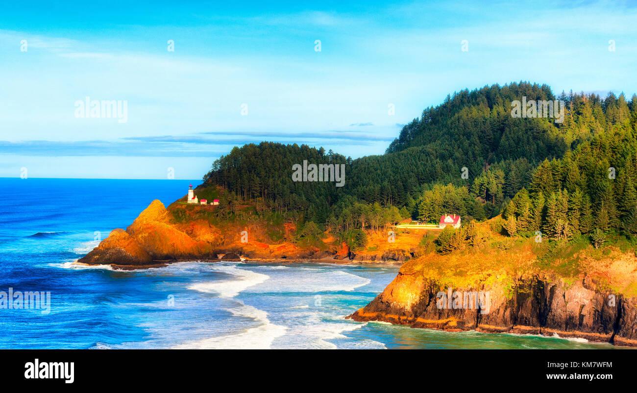 Heceta Leuchtturm aus der Ferne in der Nähe von Florenz an der Küste von Oregon Küste. Stockbild