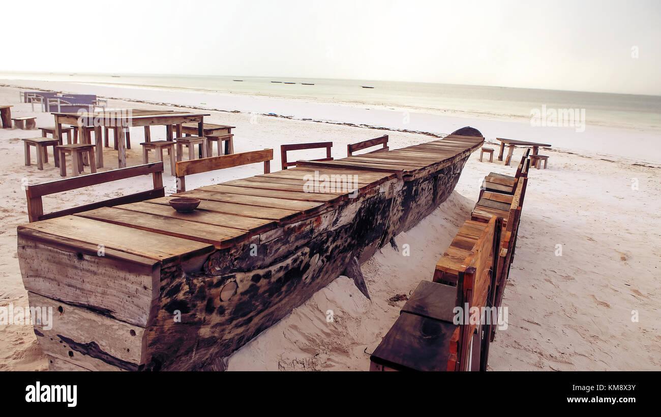 Holz Tisch Und Stühle Am Strand Möbel Zum Entspannen Auf Stockfoto