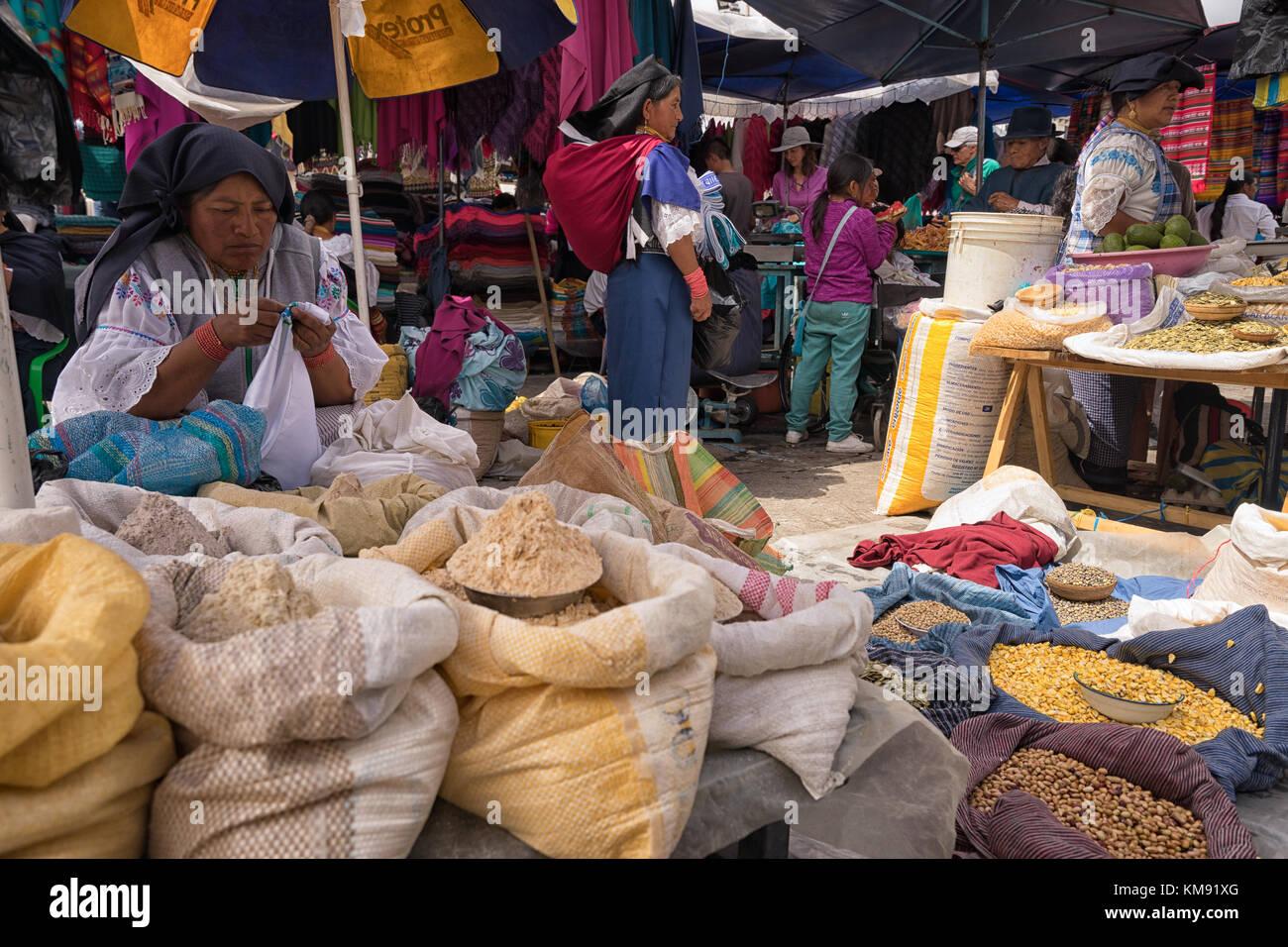 Otavalo, Ecuador - Dezember 2, 2017: Nahaufnahme einer indigenen Frau Anbieter verkaufen produzieren n am Samstag Stockfoto