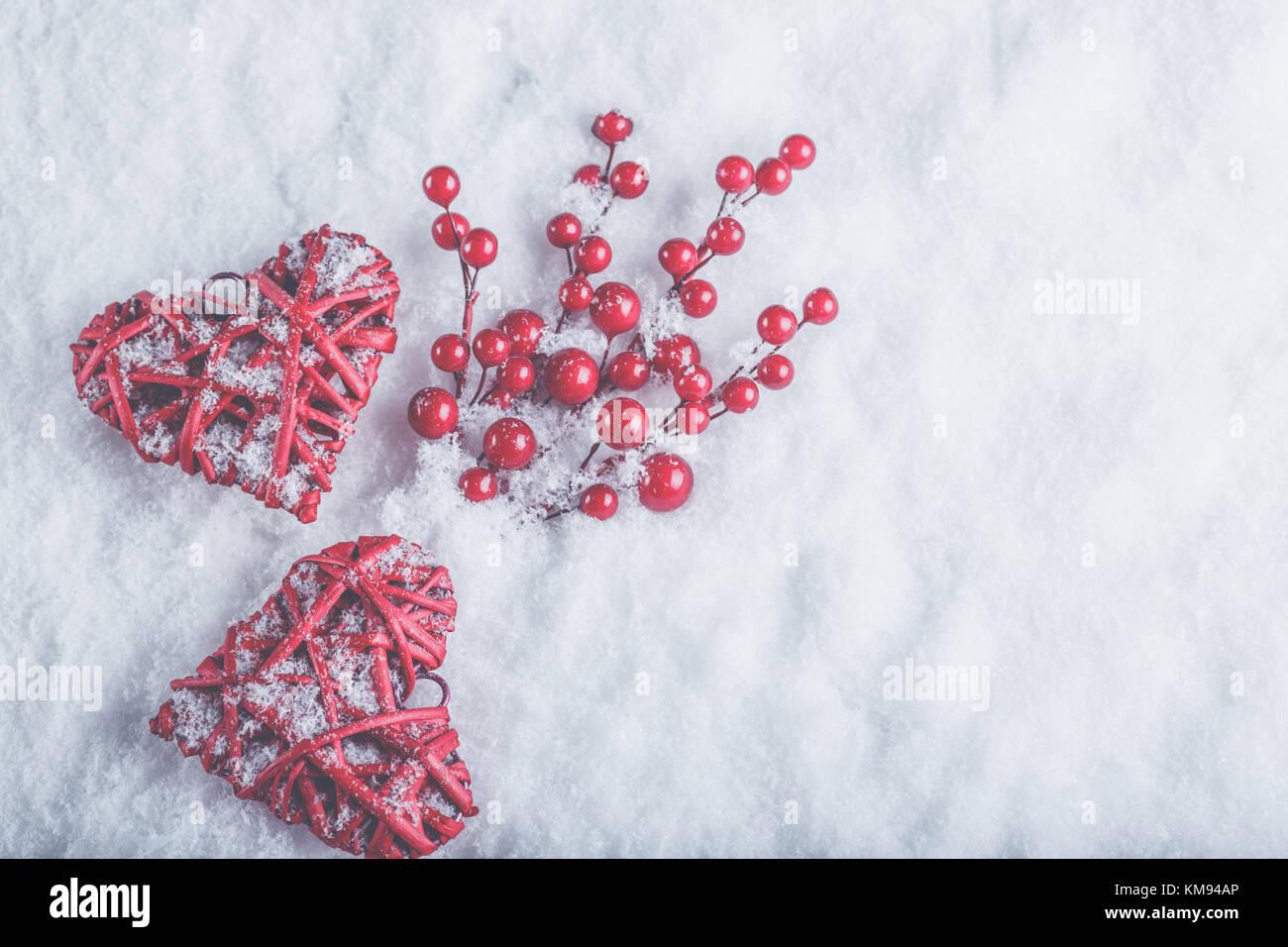 zwei sch ne romantische vintage rote herzen mit mistel beeren auf einem wei en schnee winter. Black Bedroom Furniture Sets. Home Design Ideas