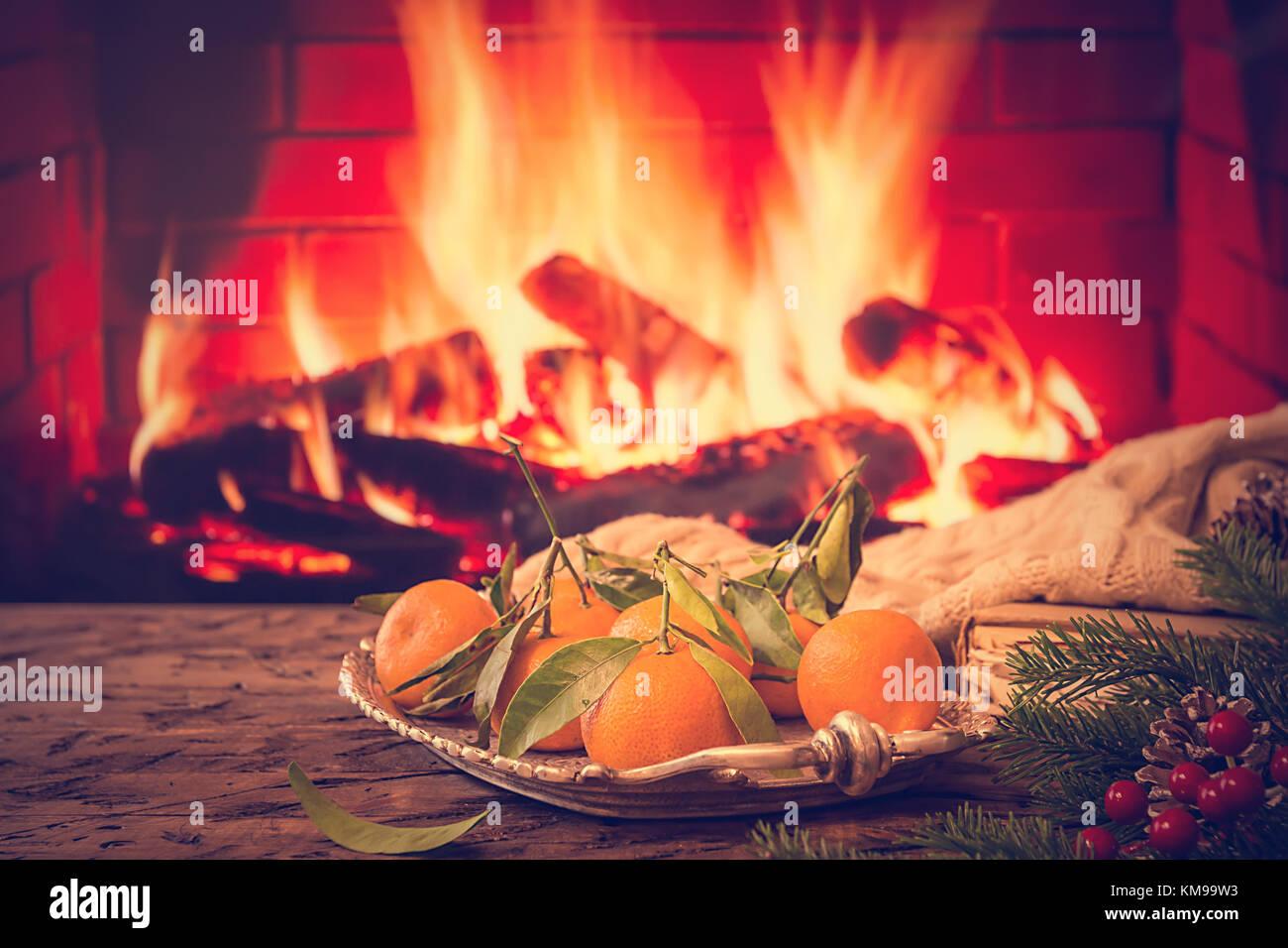 Tannenbaum Buch.Fach Mit Mandarine Buch Warme Decke Und Tannenbaum Auf Hölzernen