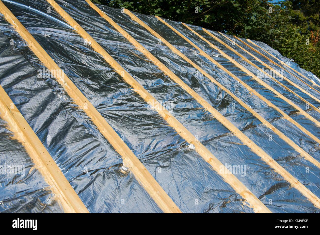 superfoil dachdämmung auf ein neues dach unter constructon stockfoto