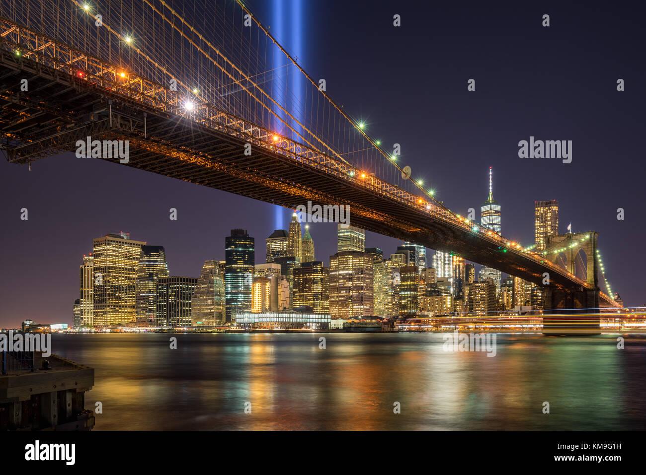 Tribute in Light mit der Brooklyn Brücke und den Wolkenkratzern von Manhattan. Financial District, New York Stockbild