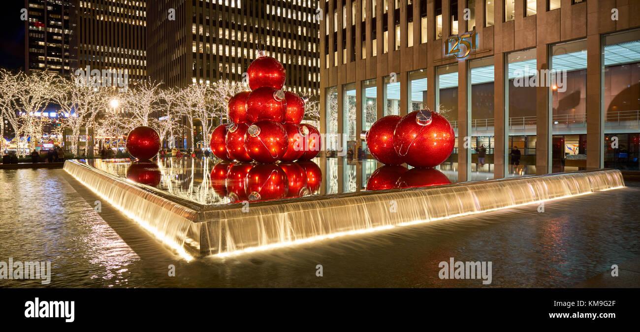 Riesige rote Weihnachten Ornamente auf 6. Avenue mit Weihnachtszeit Dekorationen. Avenue of the Americas, Midtown Stockbild