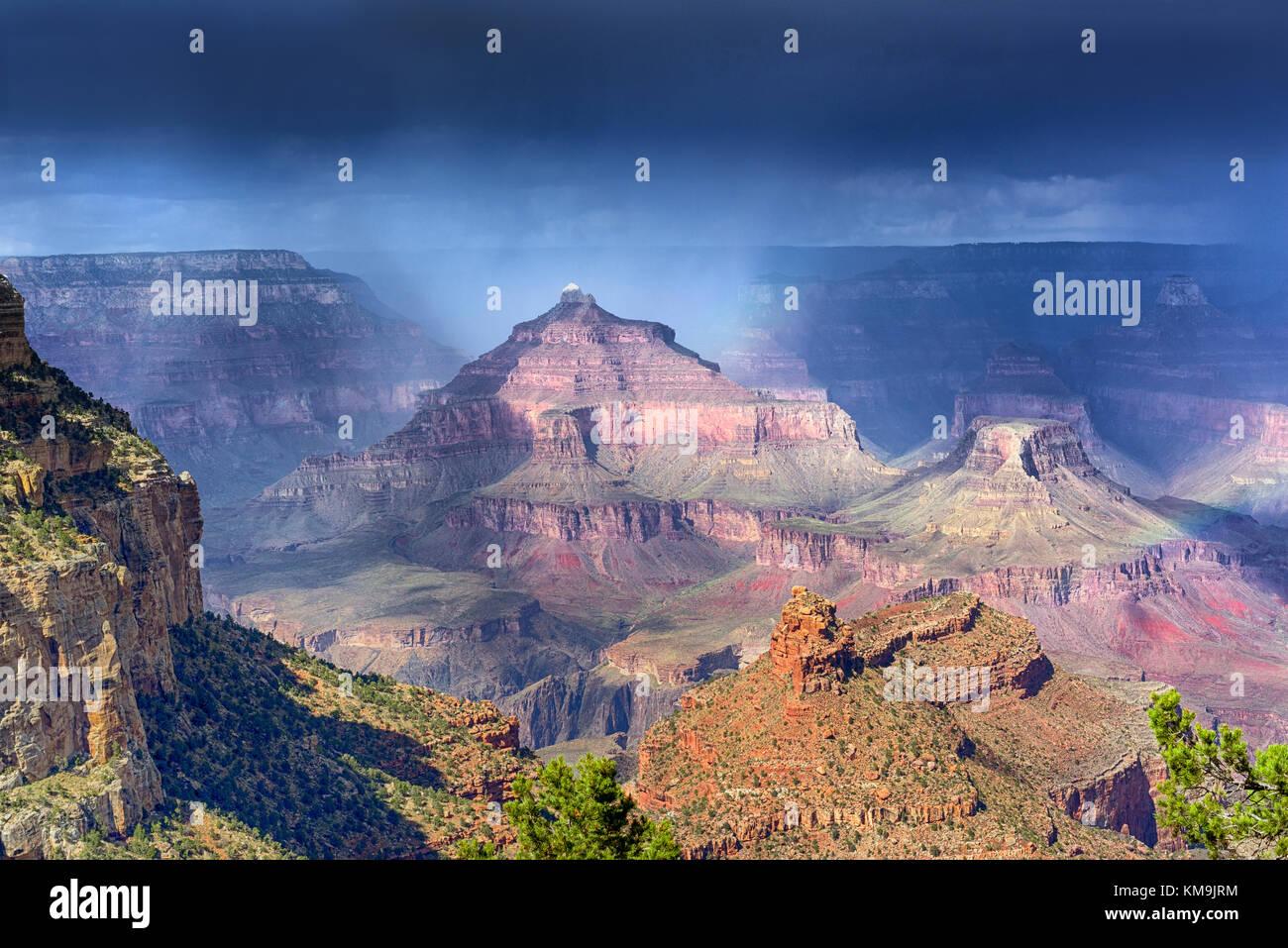 Regen über den Grand Canyon Formationen mit ständig wechselnden Licht Stockbild