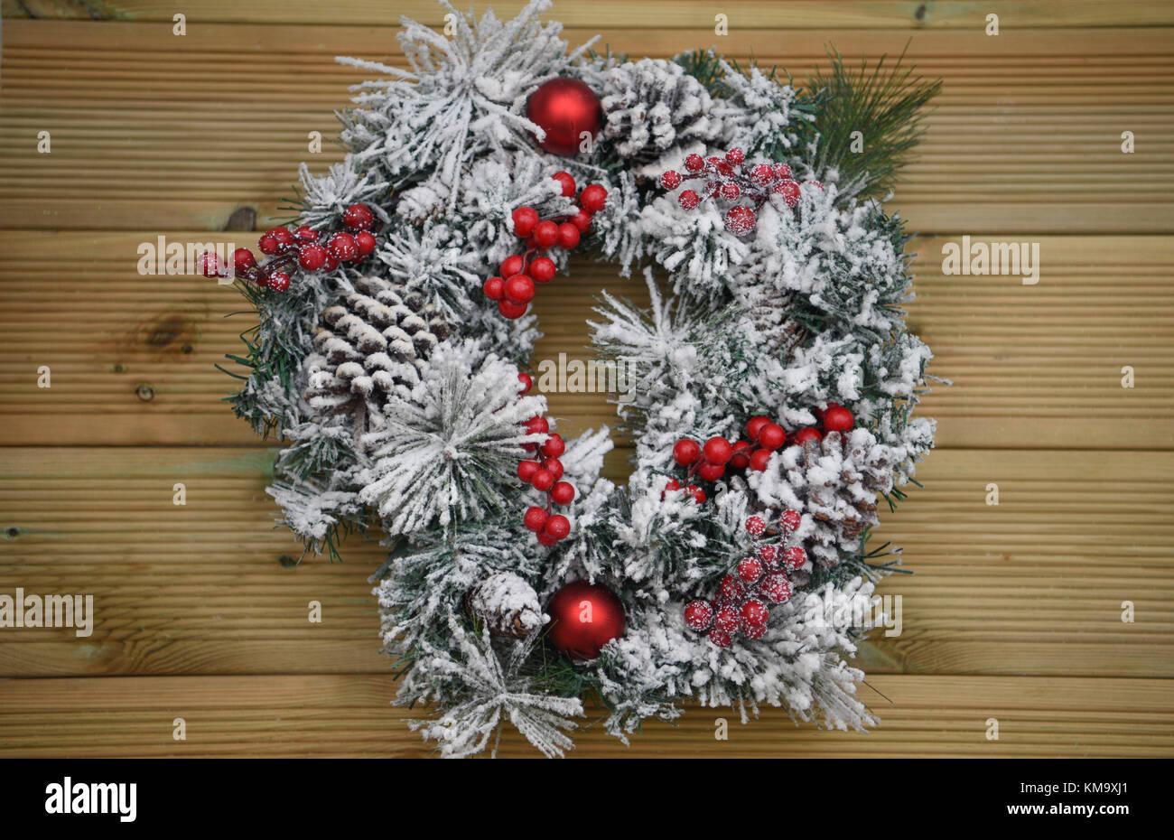Weihnachten fotografie Bild eines Green Pine Tree Kranz im Schnee ...