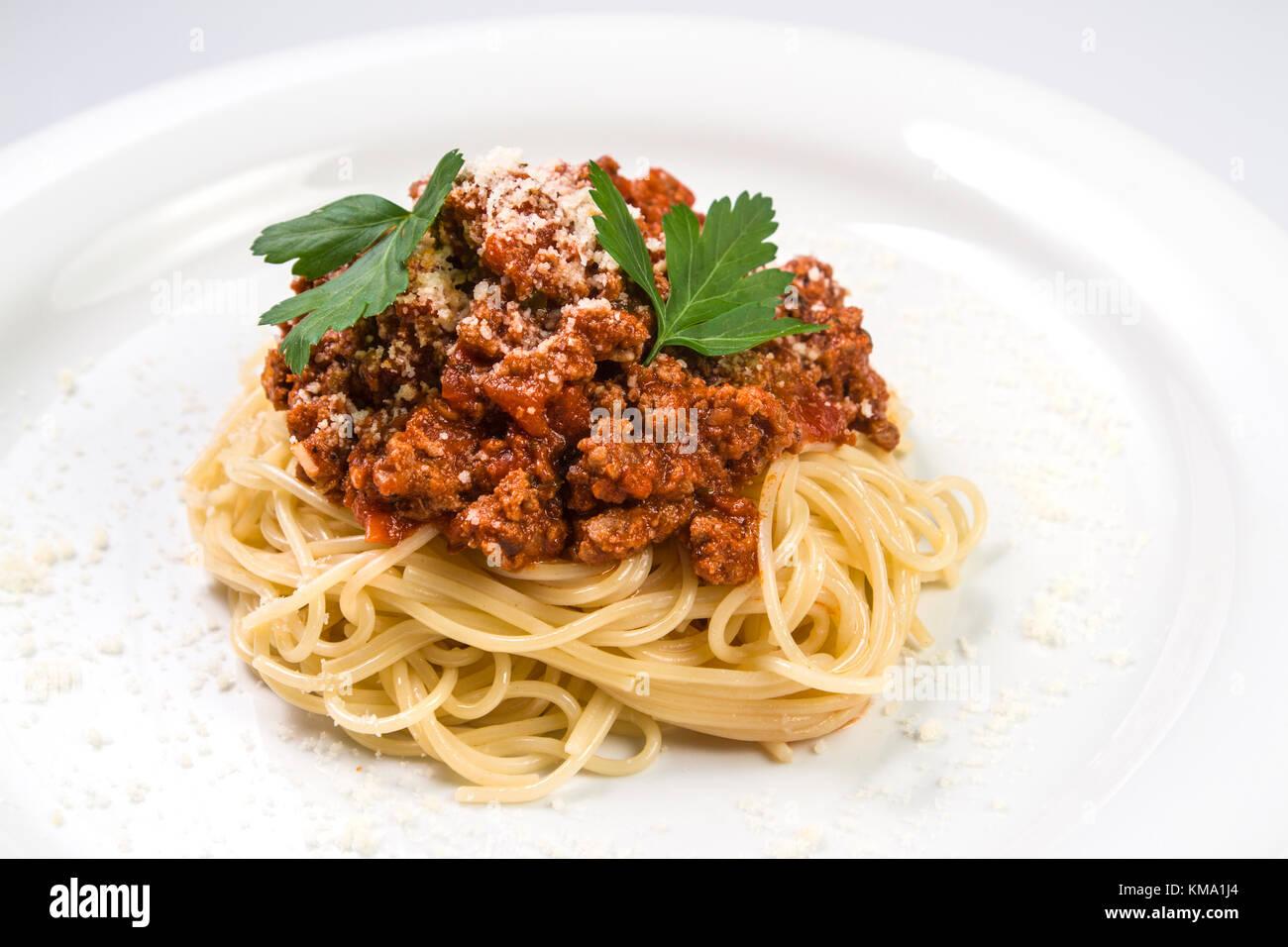 Italienische Spaghetti Nudeln mit Rindfleisch und Tomatensauce Bolognese auf weiße Platte Stockbild