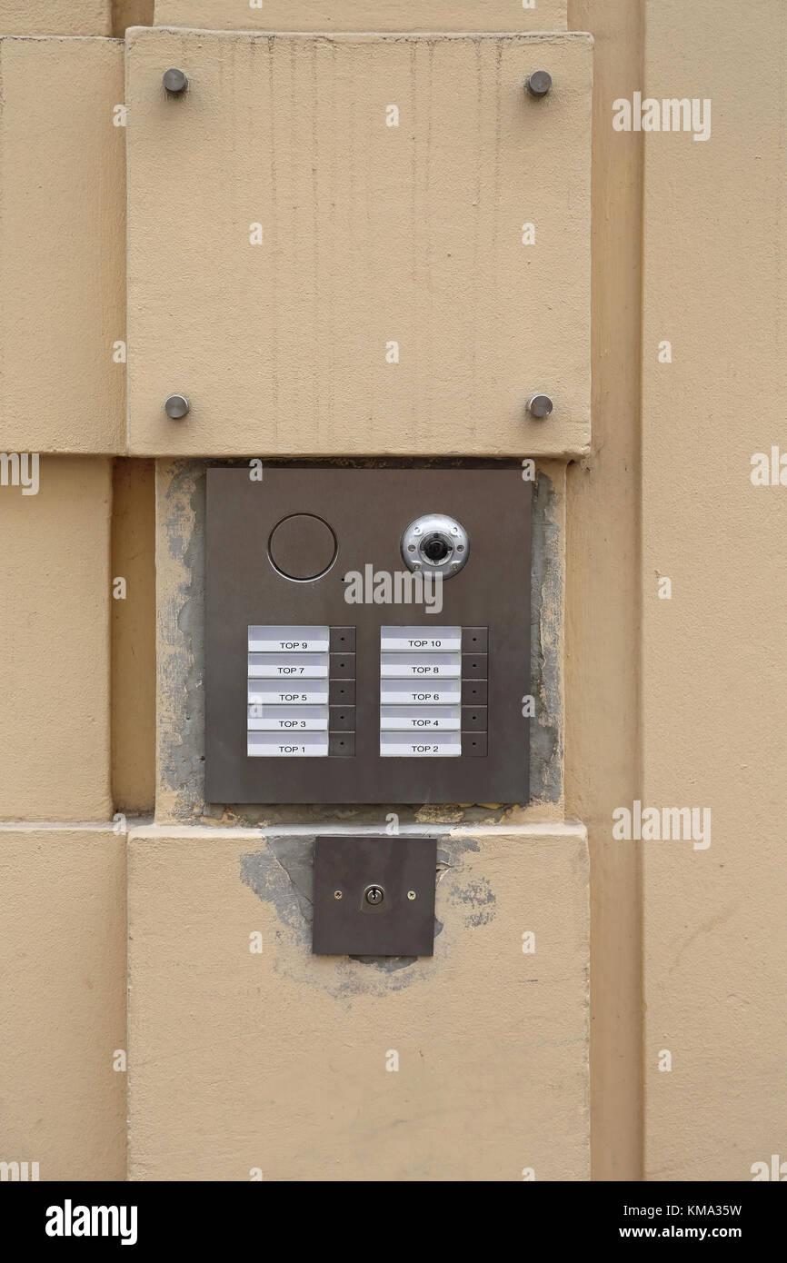 klingel intercom für zehn wohnungen mit kamera stockfoto, bild
