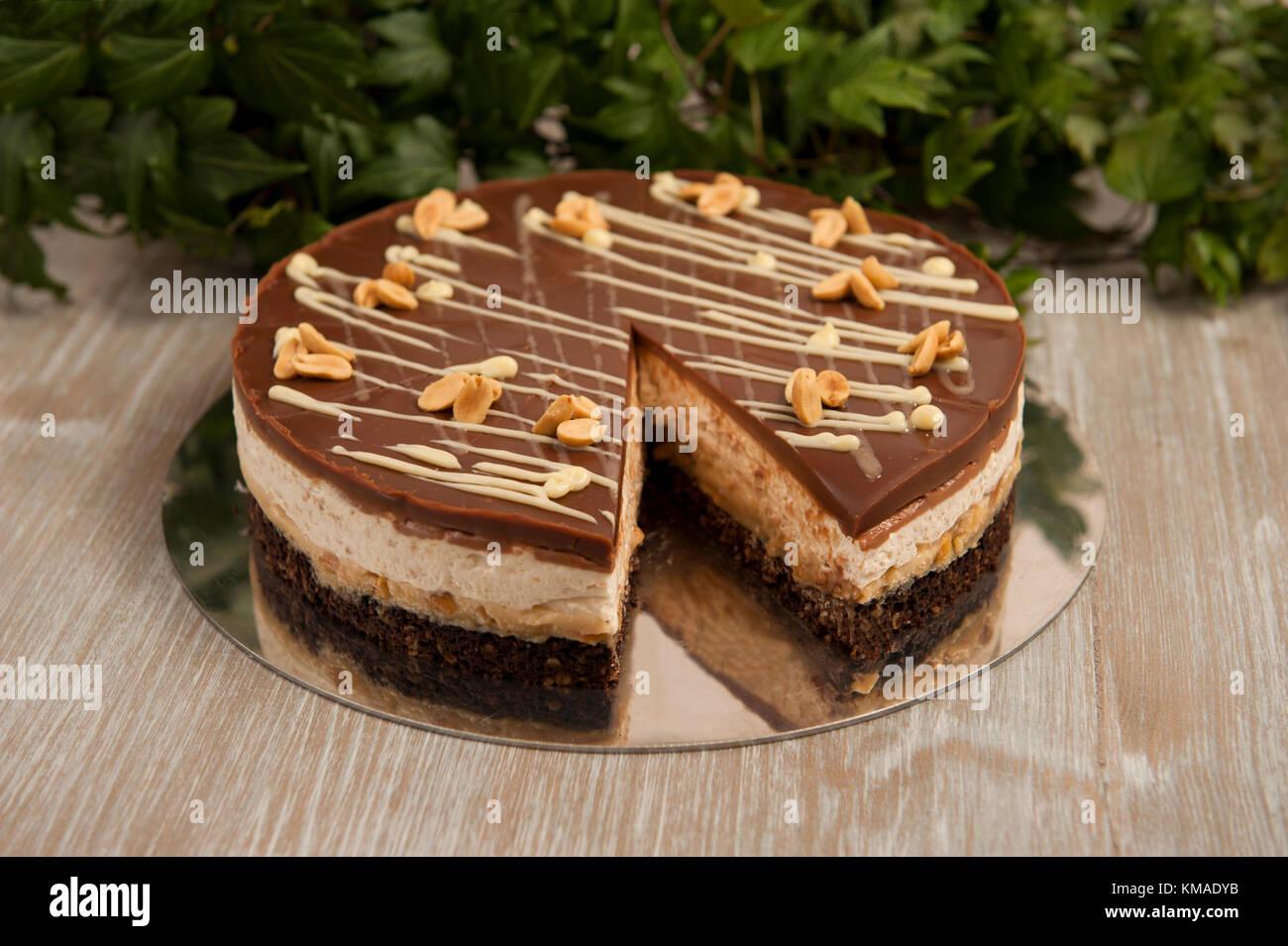 Schokoladenkuchen Mit Erdnussen Snickers Kuchen Stockfoto Bild