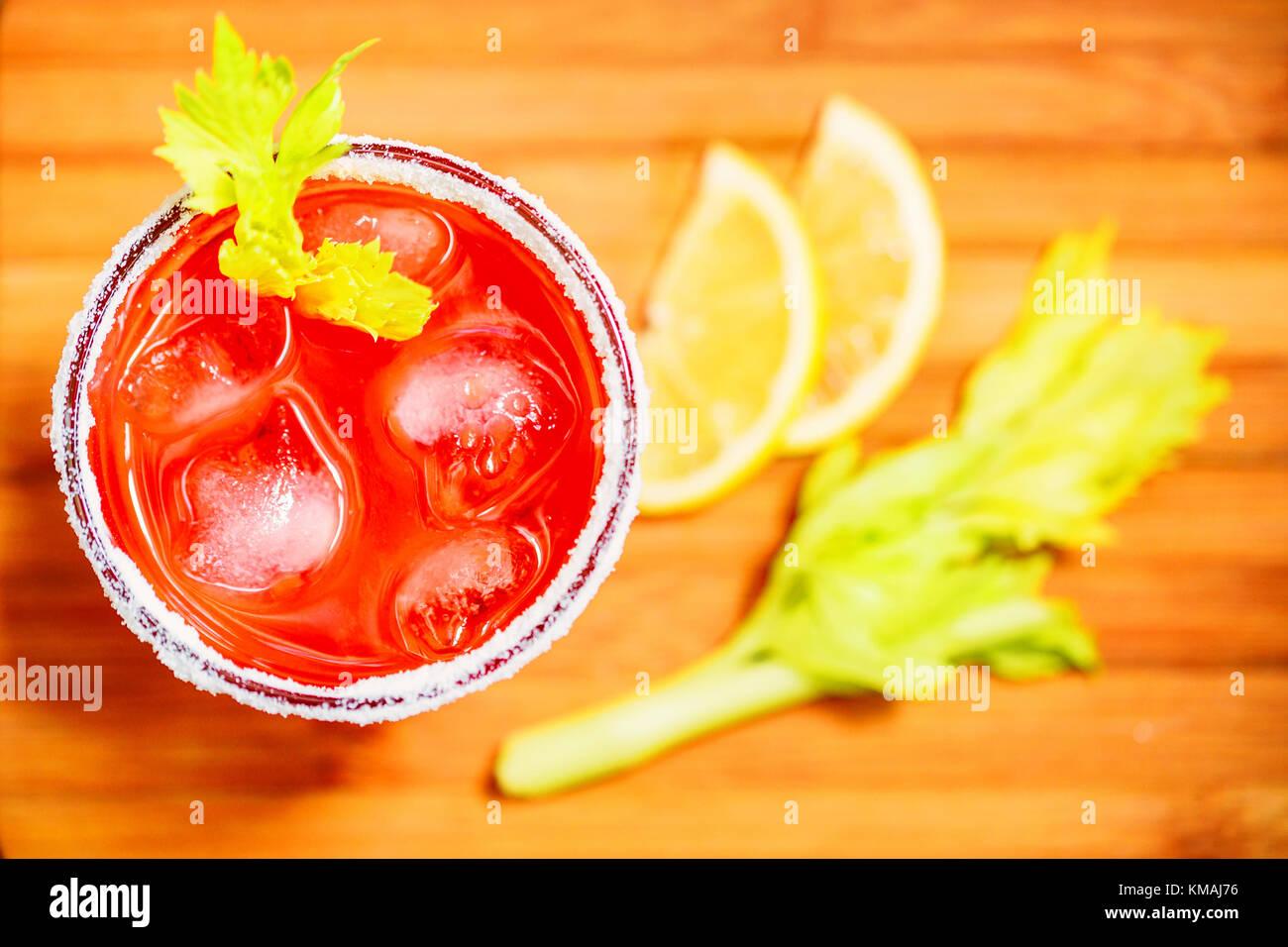 Bloody Mary alkoholisches Getränk mit Zitrone und Sellerie Stockbild