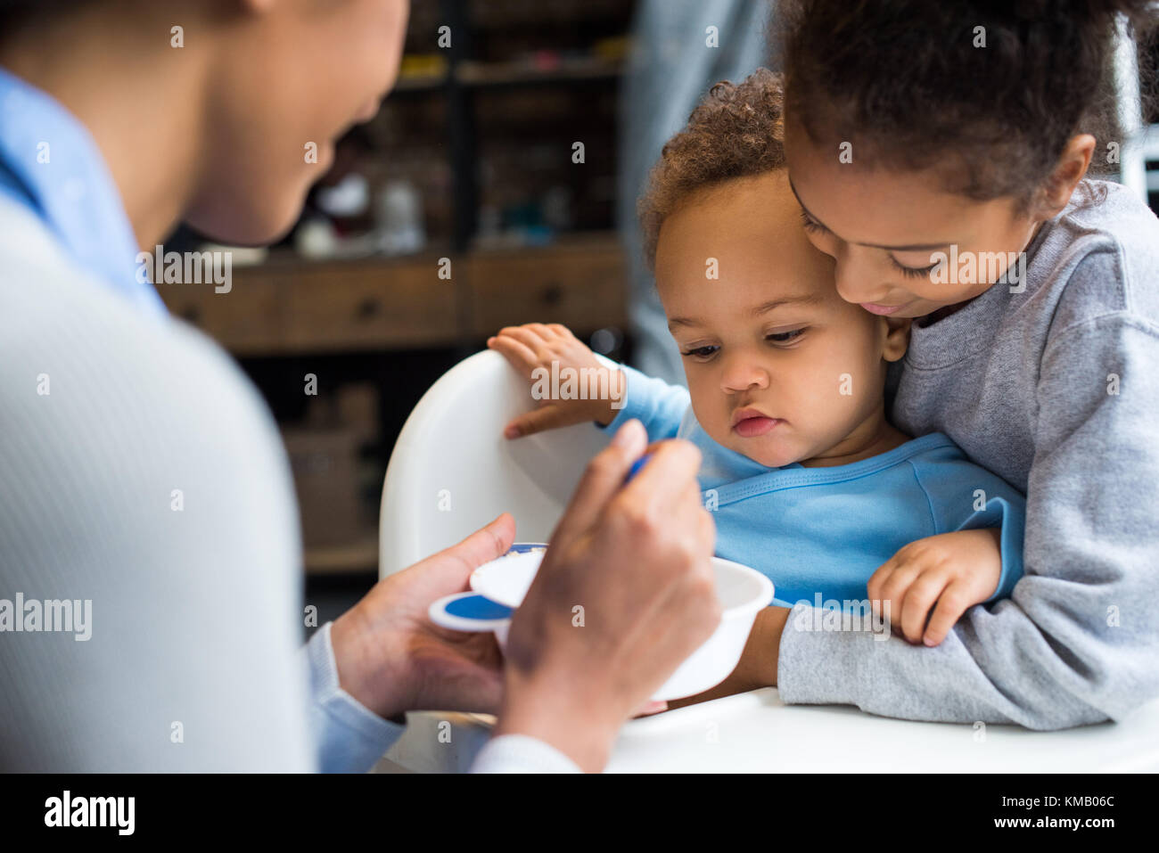 Familie feeding Baby Stockbild