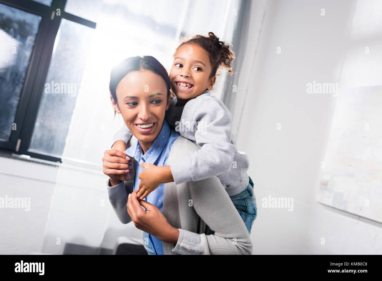 Die Mutter ihre Tochter Netzwerk zugreift. Stockbild