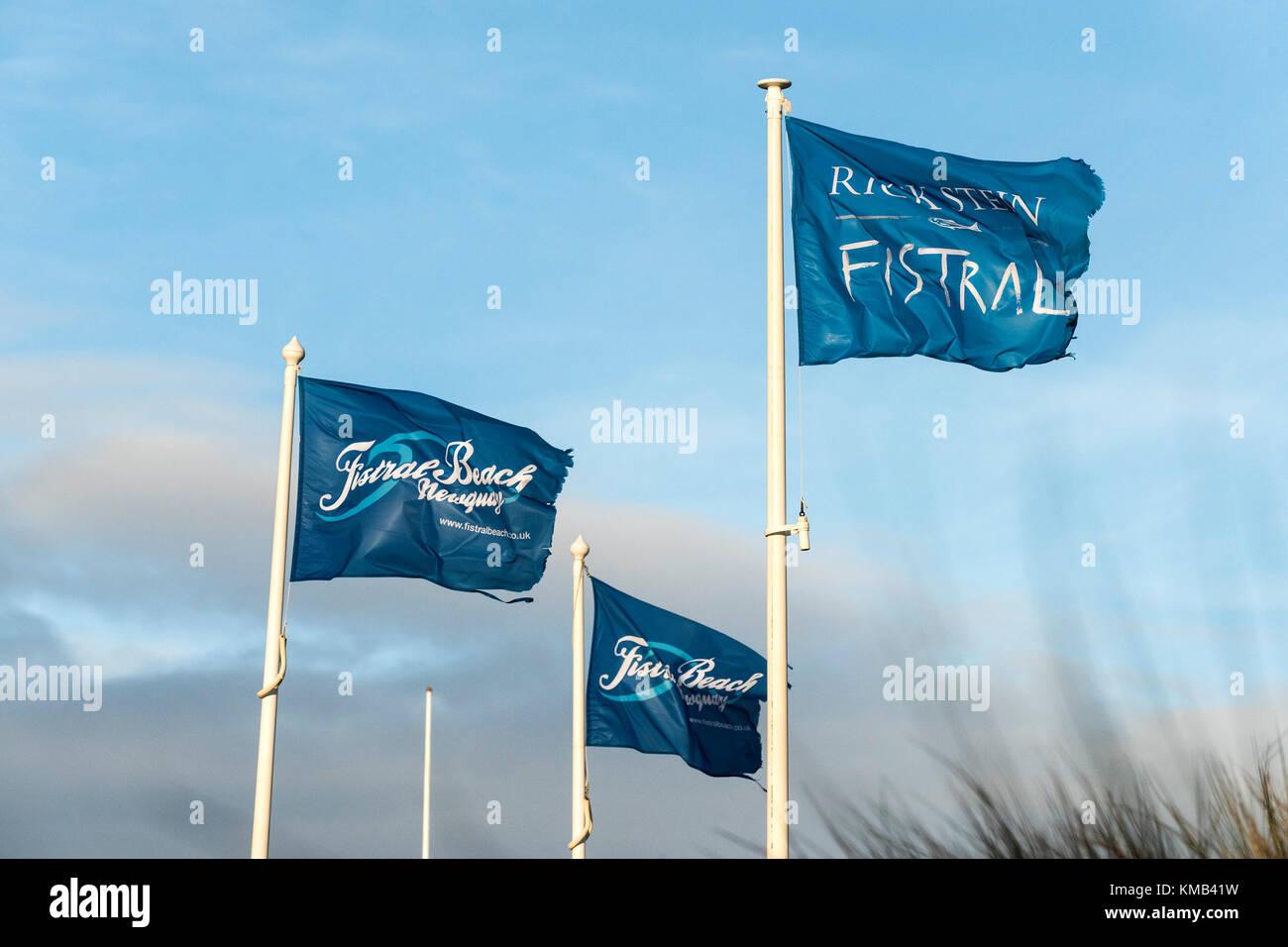 Fahnen Werbung Rick Stein und Fistral Beach in Newquay Cornwall im Vereinigten Königreich. Stockbild