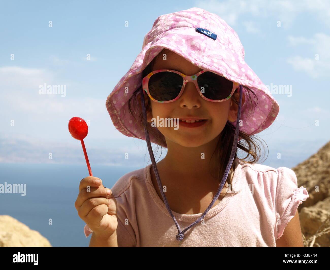 Ein lächelndes Mädchen mit Lollipop auf einer Wanderung Stockfoto