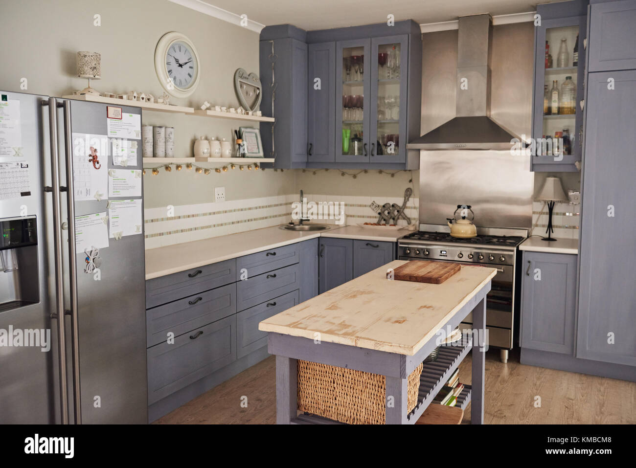 Kuche Im Landhausstil Mit Mit Einer Insel In Einem Haus Stockfoto