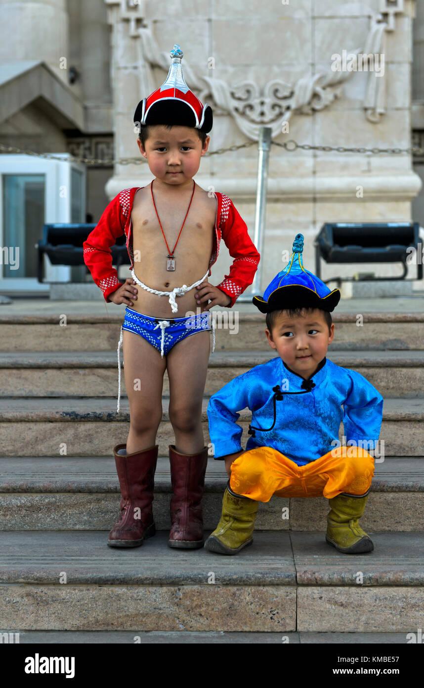 Zwei Jungen, die als Traditionelle nadaam Ringkämpfer, naadam Festival, Ulaanbaatar, Mongolei Stockbild