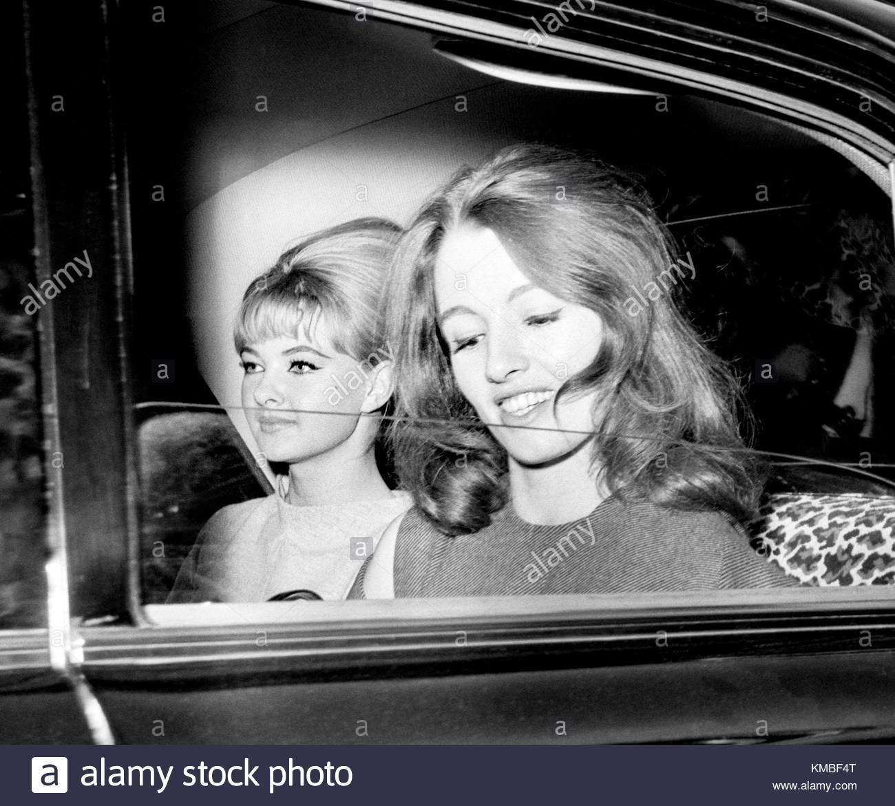 Foto vom 22/07/63 von Christine Keeler, (rechts), und Mandy Rice-Davies Verlassen des Old Bailey nach dem ersten Stockfoto