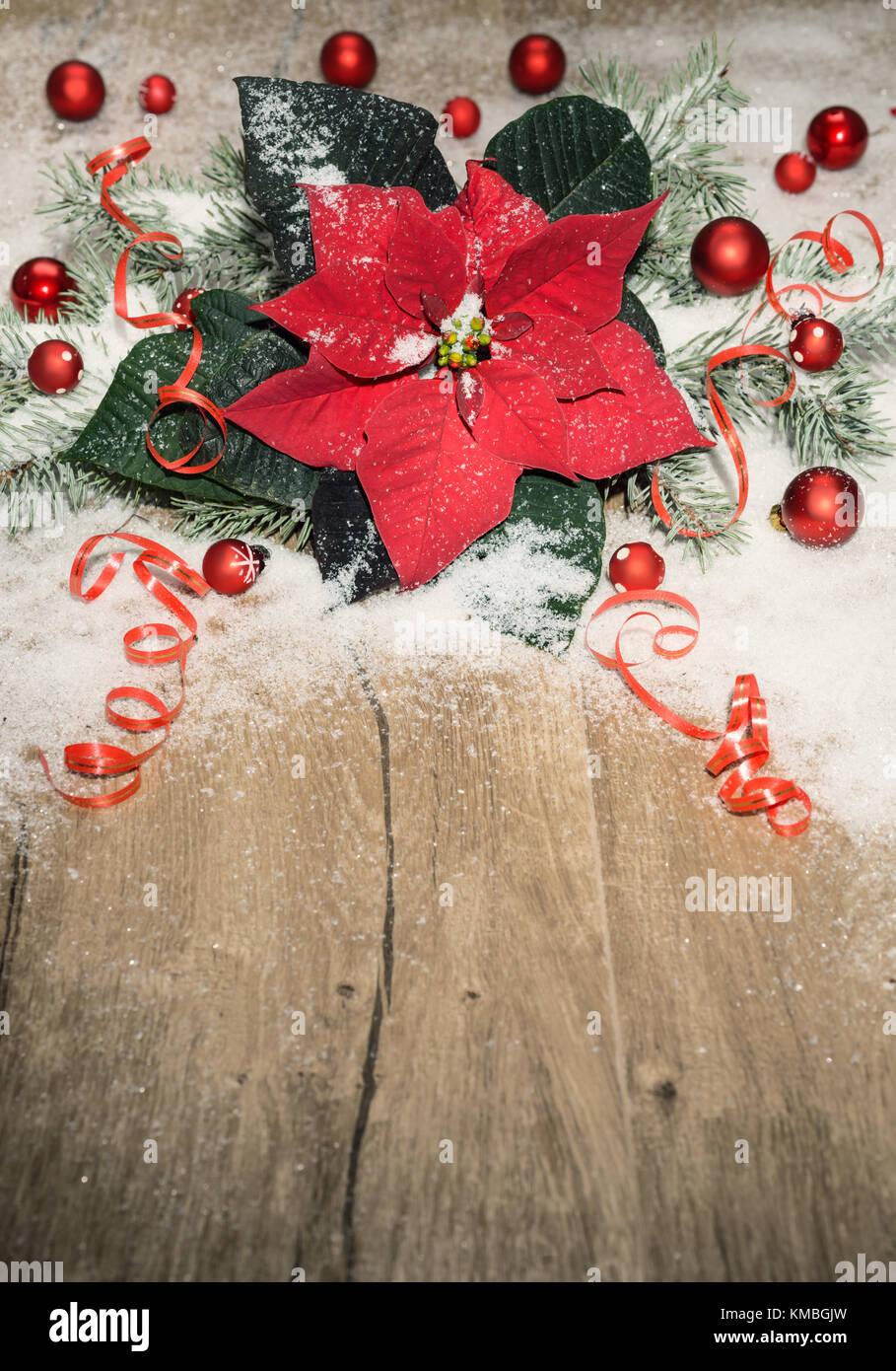 Weihnachten Hintergrund mit Weihnachtsstern, rote Kugeln und Schnee ...